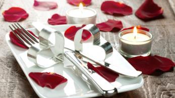 Piatto con posate e candele