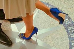 Le Manolo Blahnik di Carrie in un collage con la scena della proposta