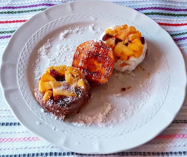 Dessert con frutta sopra