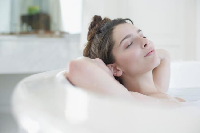 Una donna si rilassa facendo il bagno in una vasca