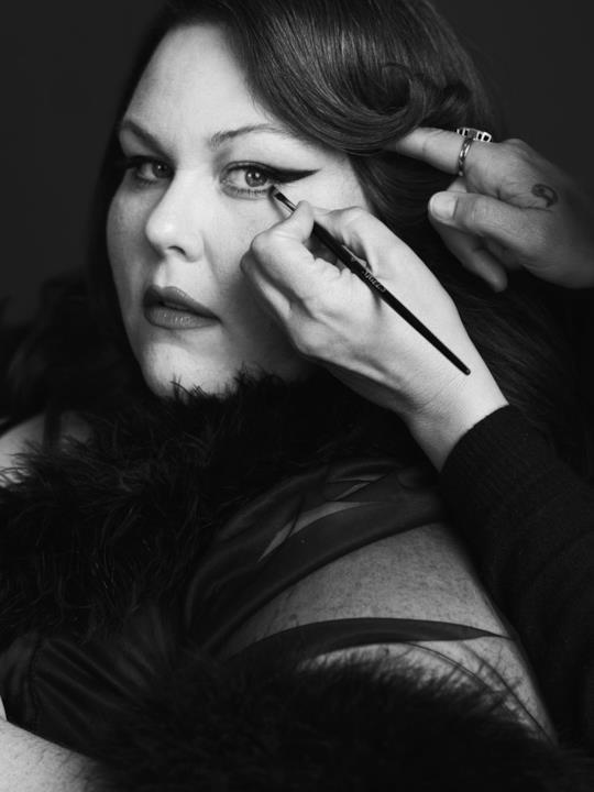 L'attrice Chrissy Metz immortalata nel servizio fotografico per Harper's Bazaar