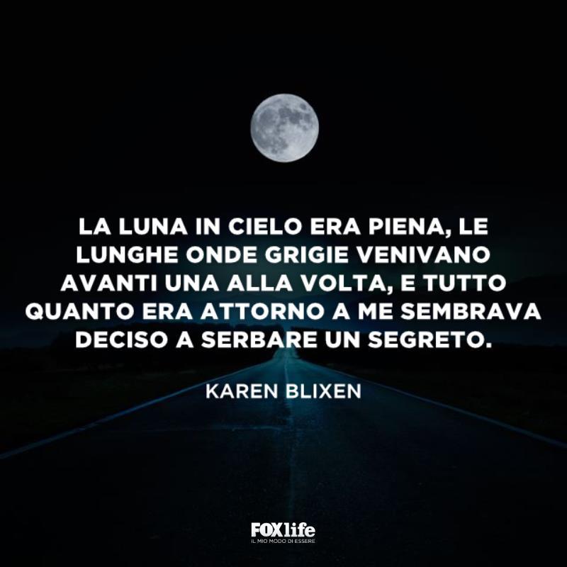 Strada deserta con in cima la luna