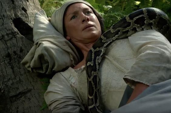 Claire avvolta dal serpente