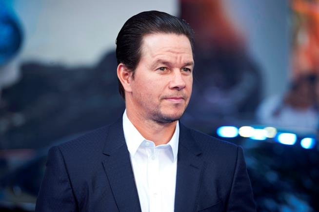 Mark Wahlberg in giacca e camicia bianca