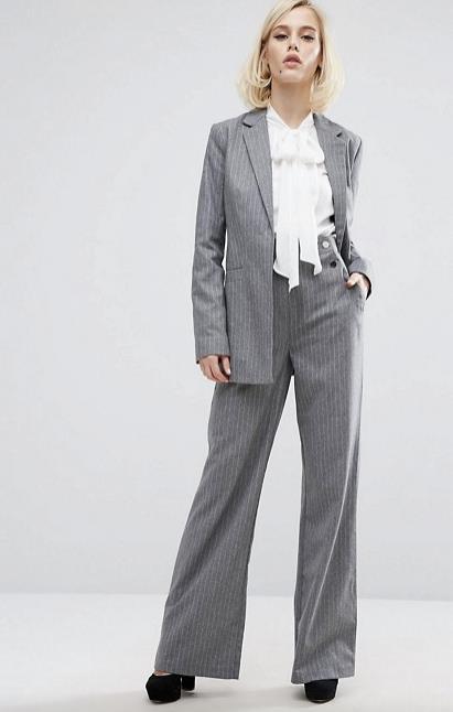Completo gessato giacca-pantalone indossato da una modella