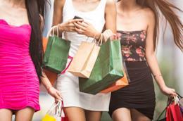 Ragazze in giro a fare shopping