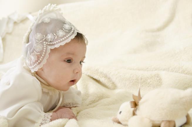 Una bambina con un abito bianco di pizzo
