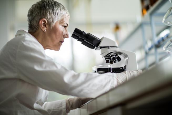 Donna al microscopio