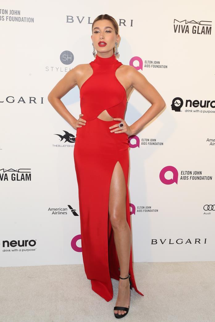 Hailey Baldwin in rosso