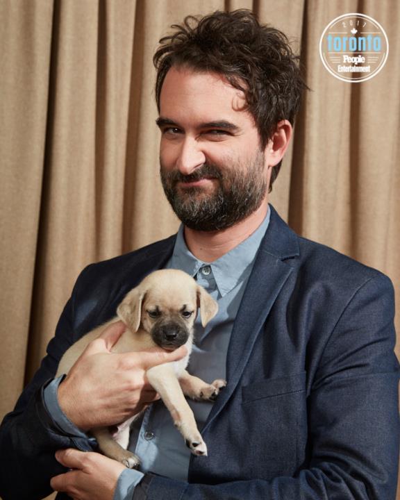 Jay Duplass tiene un cucciolo in braccio