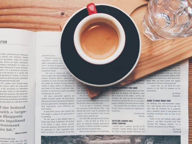 Tazza di caffè espresso appoggiata su un giornale