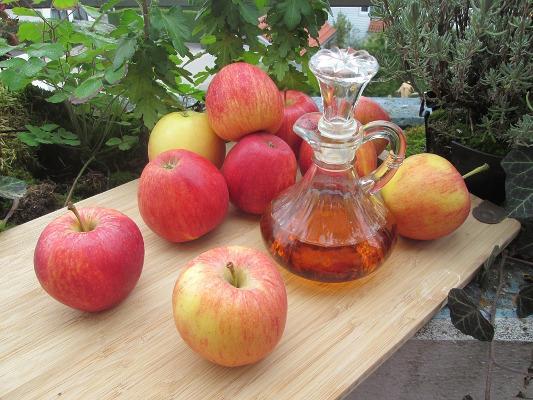 Aceto di mele e alcune mele