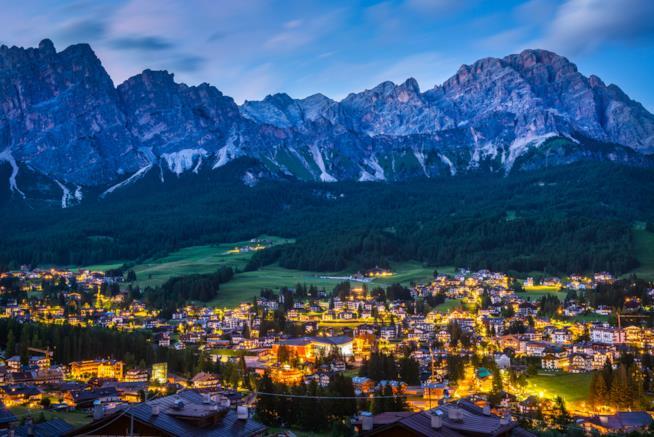 Cortina d'Ampezzo di notte, tra Dolomiti e ski resort