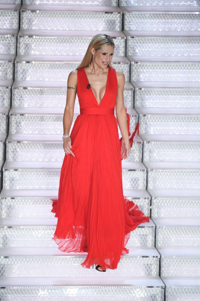 Michelle Hunziker, l'abito rosso di Alberta Ferretti