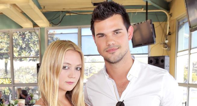 Primo piano di Billie Lourd e Taylor Lautner