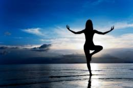 Una ragazza pratica yoga immersa nella natura