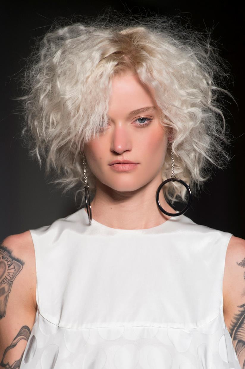 Colore Icy White per i capelli medio corti