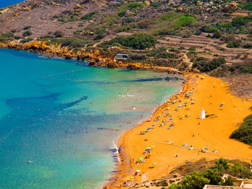 La spiaggia arancione maltese di Ramla, formata da sedimenti calcarei