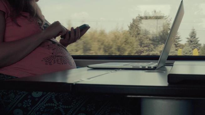 Donna incinta viaggia in treno