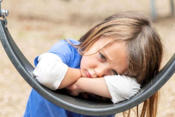 Bambina triste con ansia da scuola