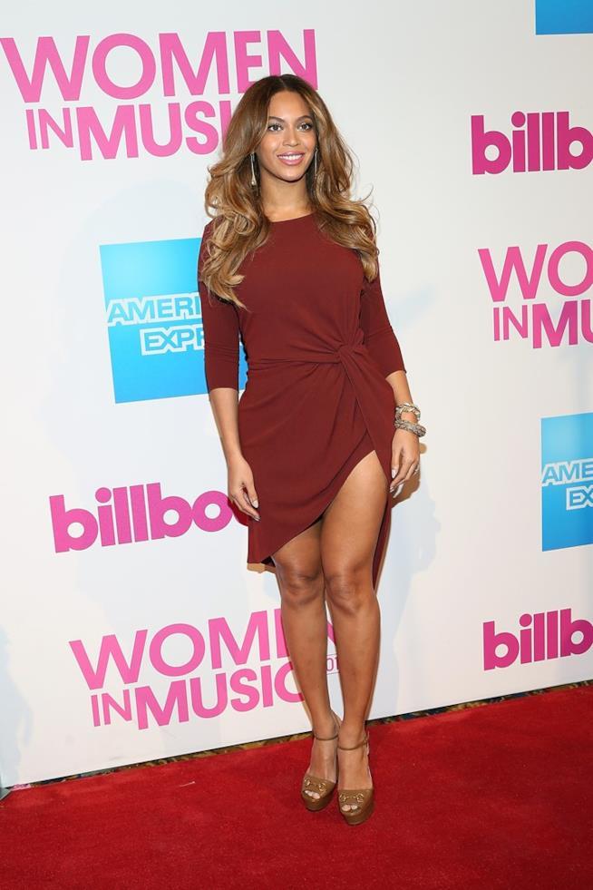Beyoncé con indosso abito asimmetrico