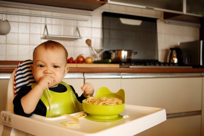 Bambino mangia gli spaghetti