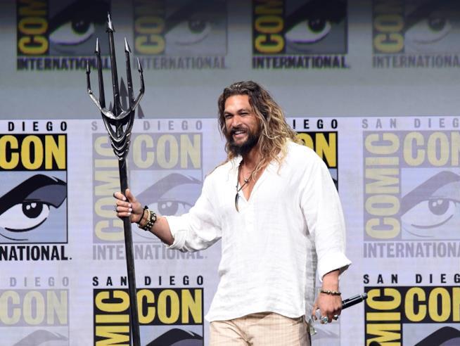Jason Momoa col tridente di Aquaman SDCC 2018