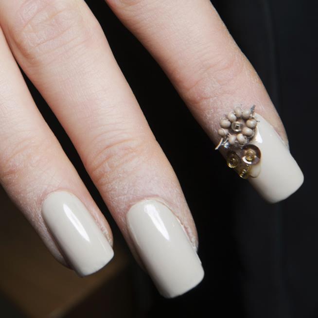 Unghie bianche da sposa con pietre