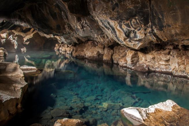 La grotta vulcanica di Grjótagjá