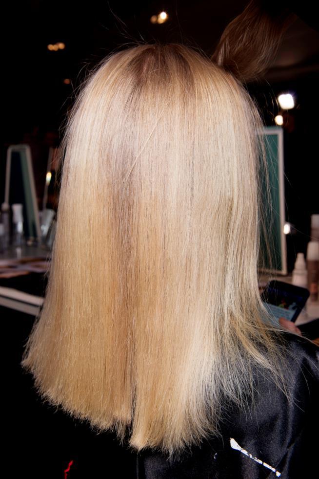 Pettinatura sciolta e liscia capelli biondi