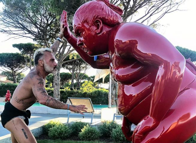 Gianluca Vacchi gioca con una statua di Buddha su Instagram
