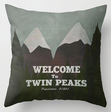 Un cuscino quadrato con una stampa che rievoca il logo di Twin Peaks