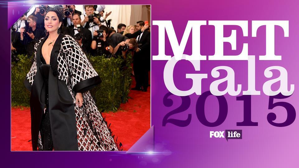 Lady Gaga in un Balenciaga a traliccio per pomodori.
