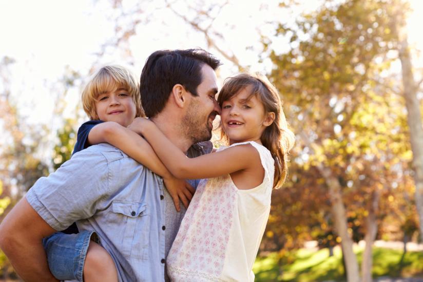 Bimbi in braccio a papà per giocare e farsi coccolare
