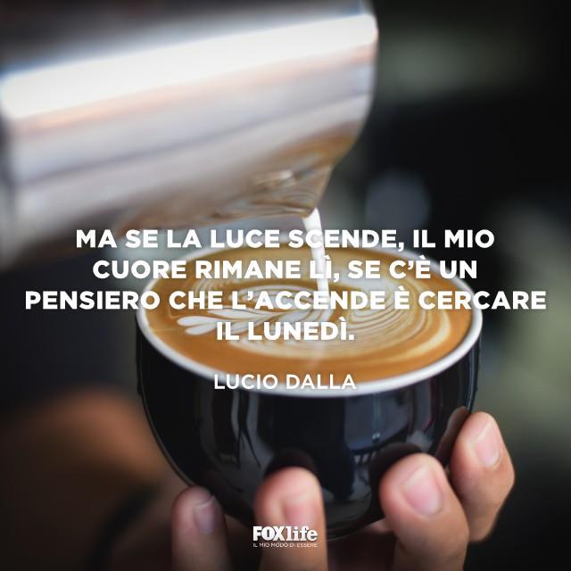 Latte versato in una tazza