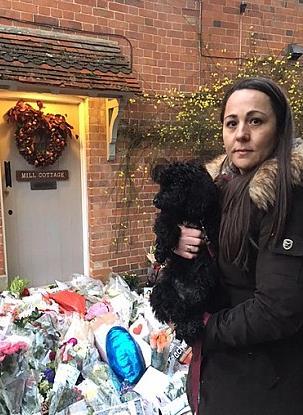 Lynette Gillard porta un omaggio floreale a George Michael