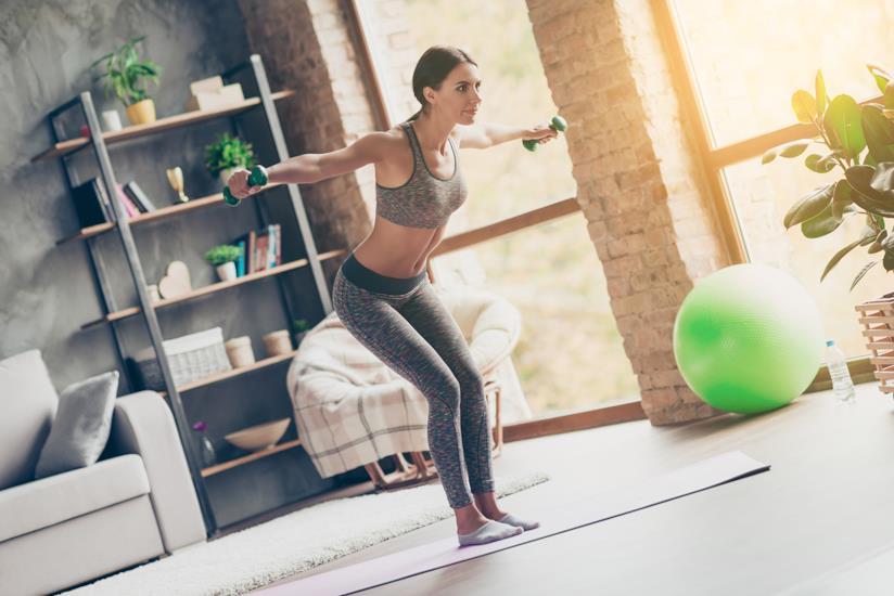 Ragazza che esegue un esercizio per tonificare le braccia flaccide