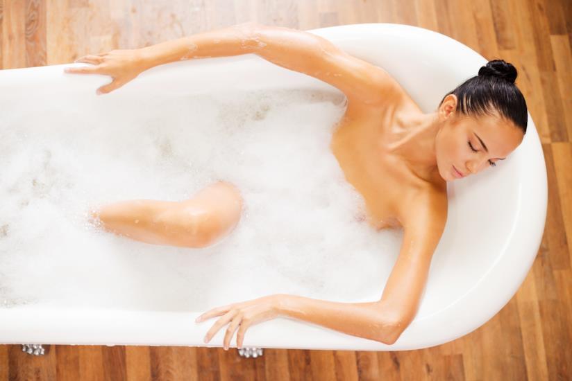Una donna si rilassa durante un bagno
