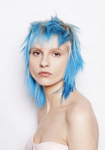 Taglio shag con capelli azzurri