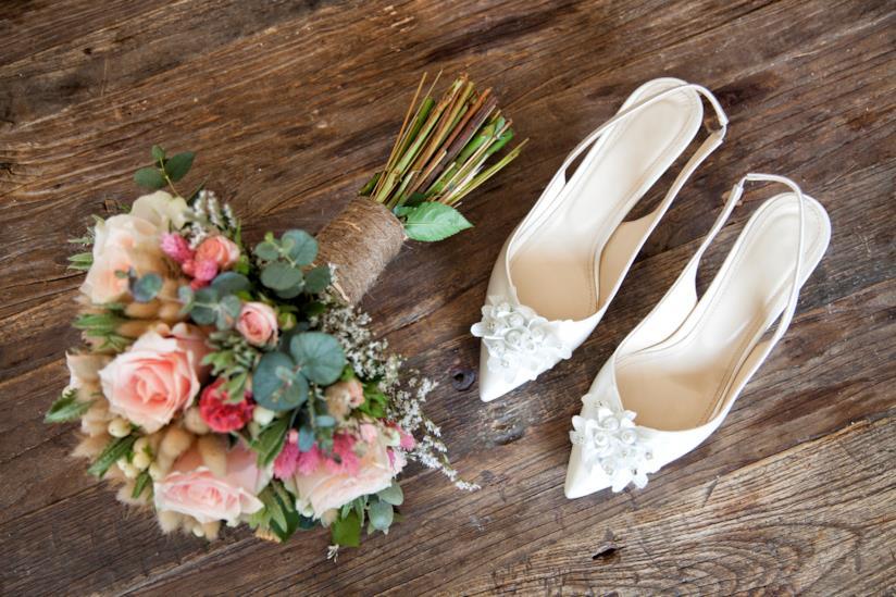Bouquet fiori e scarpe da sposa