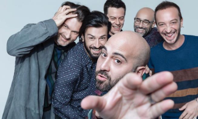 I Negramaro, con Giuliano Sangiorgi davanti e la mano in primo piano