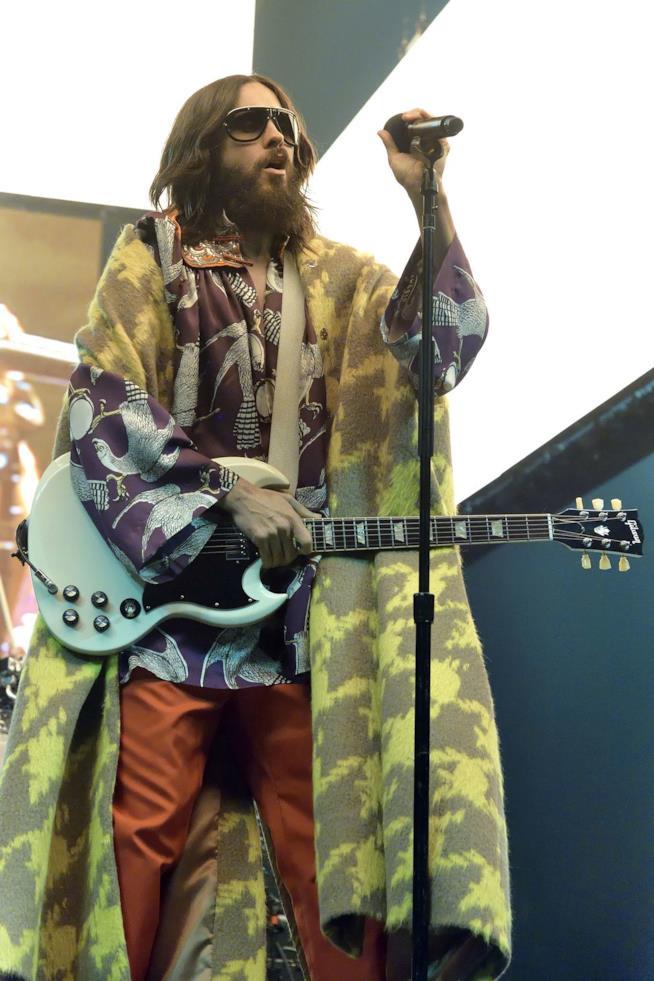 Jared Leto vestito Gucci sfodera un eccentrico abbigliamento