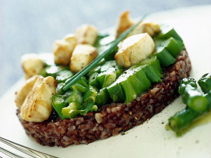 Primo piatto con riso rosso, verdura e carne