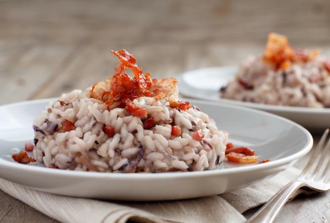 Piatto di risotto al radicchio con pancetta