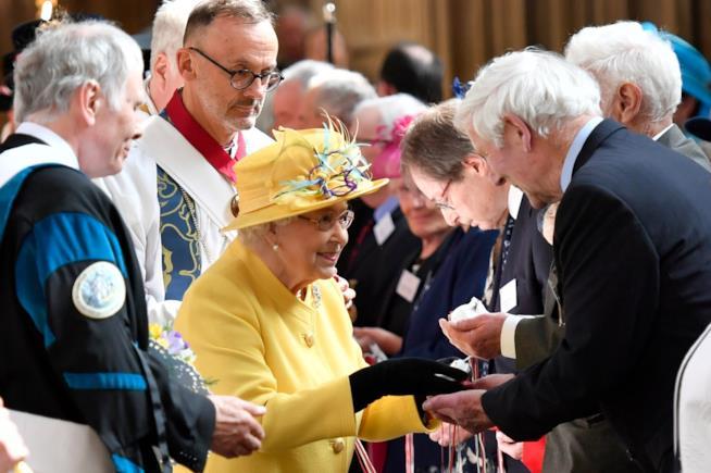 La Regina Elisabetta consegna il Maundy Money