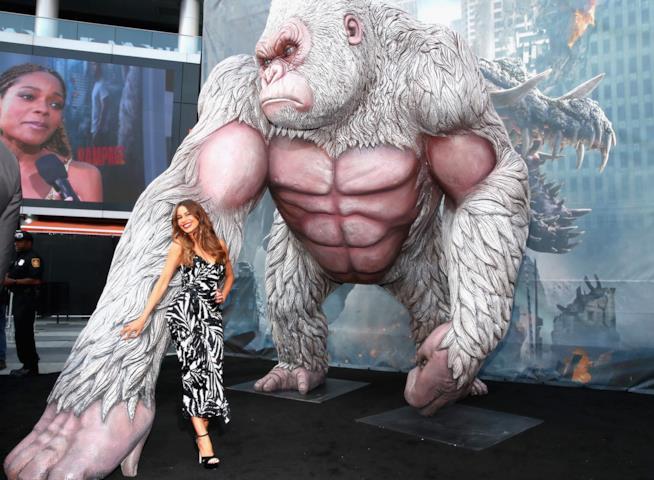 Sofia Vergara posa col mostro di Rampage