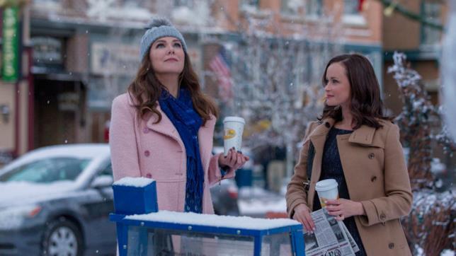 Lorelai e Rori con i caffè tra le strade innevate di Stars Hollow
