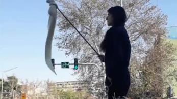 Una donna manifesta contro il velo