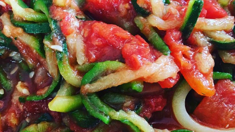 Gli spaghetti di zucchine al pomodoro