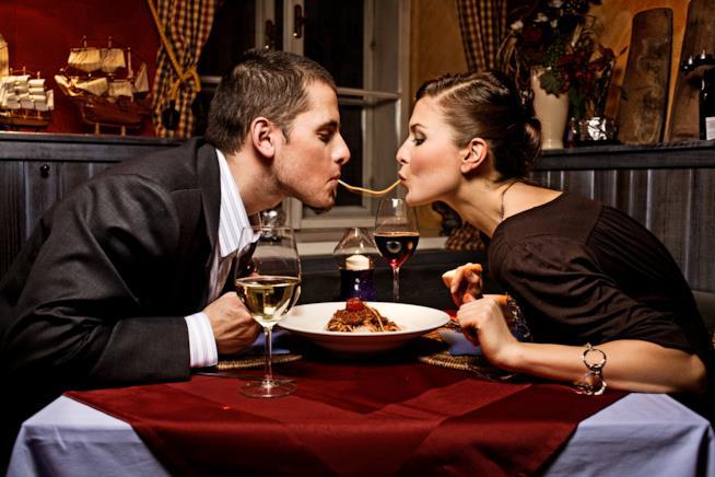 Una coppia si divide un piatto di spaghetti